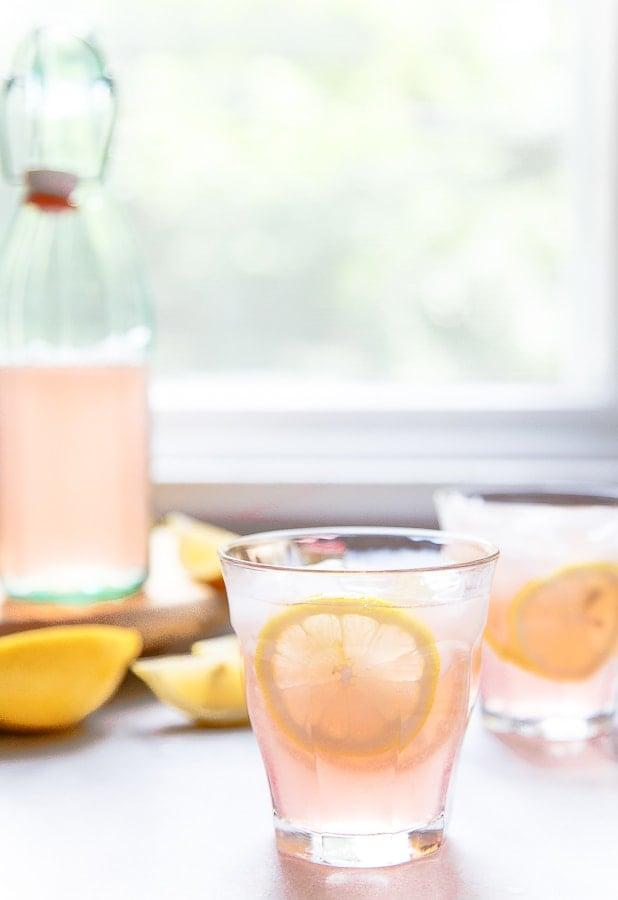 Rosé lemonade drink