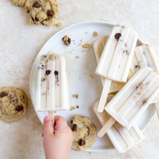 Milk and Cookies Popsicles. Yummy creamy popsicles with cookies inside