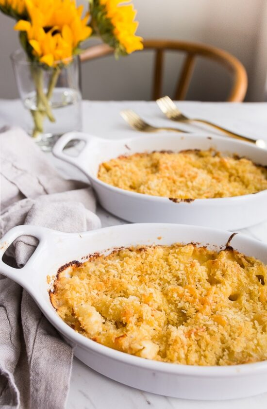 Lobster Mac and Cheese recipe for 2! Such a romantic dinner for two for Valentine's Day. #lobstermacandcheese #macandcheese #valentinesday #dinnerfortwo #romanticdinner #romanticmeal #datenight #macaroniandcheese #lobster